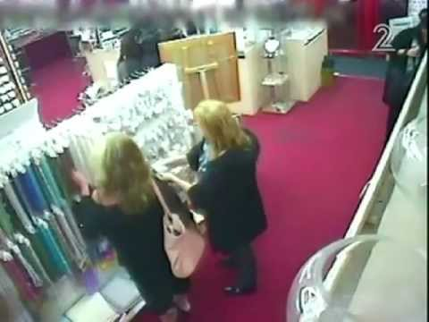 גנבות שנתפסו בחנות משי (כלבוטק בטלוויזיה).