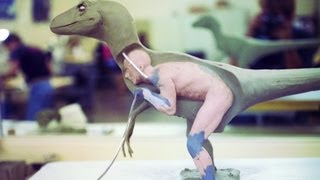 就算沒有電腦特技的年代,《侏羅紀公園》還是一樣可以拍得超逼真...當你看見這套迅猛龍衣就會相信了。 -