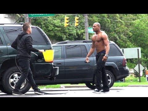 فيديو: شاهد مقلب سرقة وقود سيارات الناس..مقلب رهيب جدا