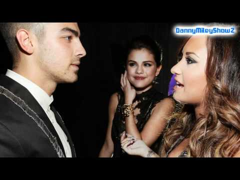 Demi Lovato , Selena Gomez , Joe Jonas &amp; Justin Bieber At 2011 MTV VMA