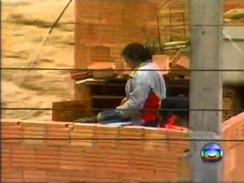Shocking video: woman rescued from flood disaster in Rio, Brazil 2011 HD
