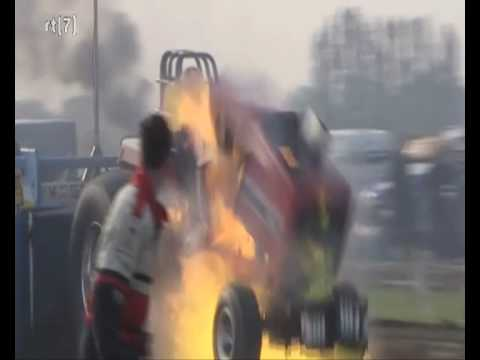 Tractorpulling insane engine blow up, Engine flys out of the tractor!