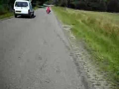 Erik rijden op minibike