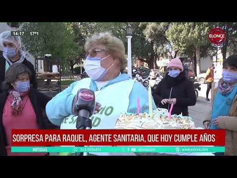 """Agasajaron por su cumpleaños a """"la señora de la puerta"""" en operativos de vacunación"""