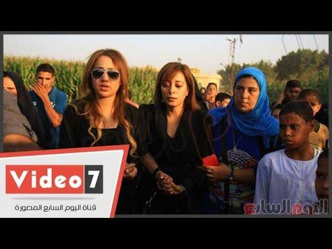 بالفيديو .. إنهيار زوجة سعيد صالح عقب دفنه
