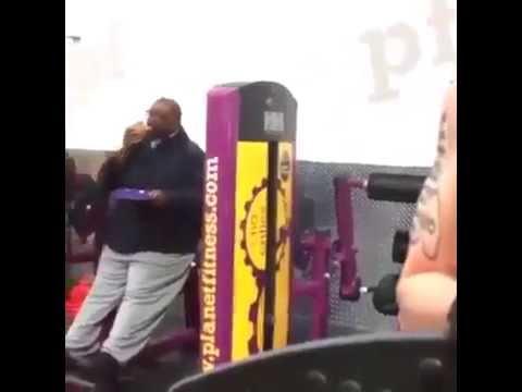 شاهد بالفيديو..رجل سمين يأكل البيتزا أثناء التدريب في النادي !