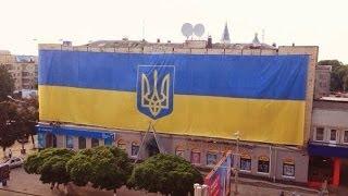 Самый большой флаг Украины на фасаде здания в Житомире