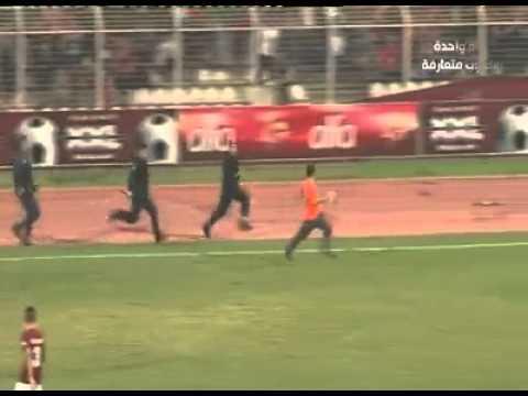 فيديو..شاهد مشجع لبناني يراوغ سرية شرطة كاملة على طريقة ميسي