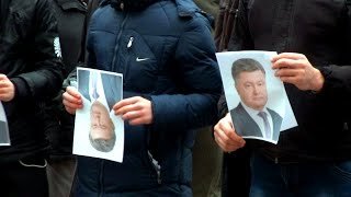 В Житомире порвали портрет Порошенко