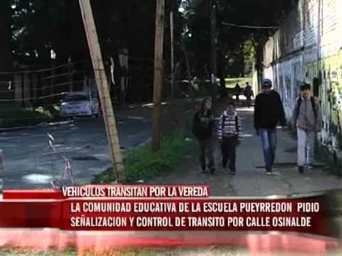 La Escuela Pueyrredón reclama que los vehículos circulan por la vereda