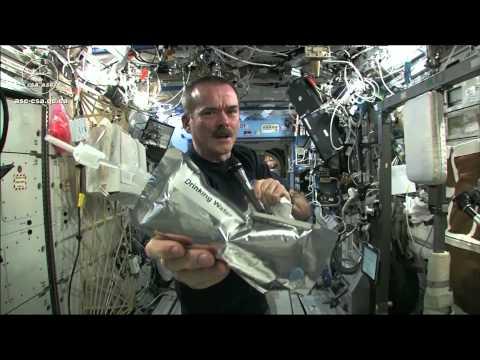 Wykręcanie mokrego ręcznika w kosmosie
