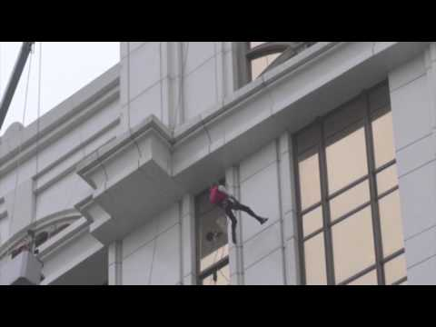 Raw: 'Spiderman' Scales Tower in China