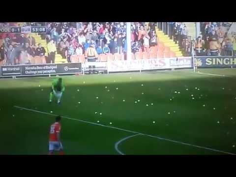 فيديو : جماهير نادي انجليزي .. ترمي كرات تنس على اللاعبين بالملعب