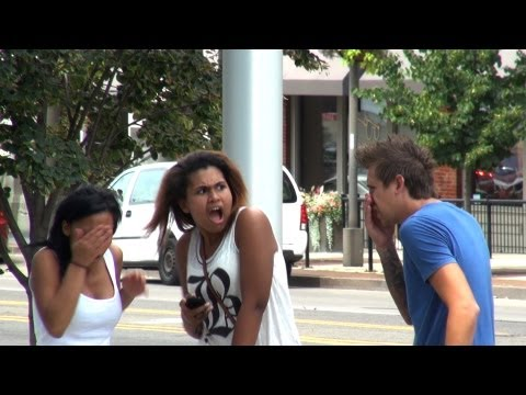 فيديو: شاهد رجل يقوم بكسر انفه امام الناس ورد فعل الناس