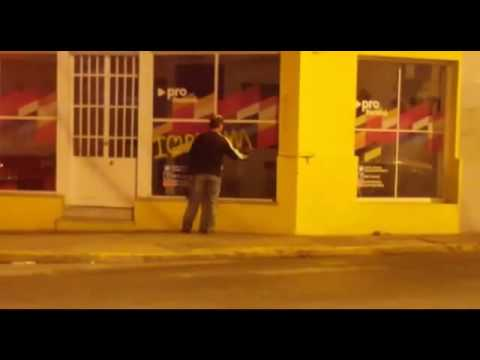 <b>Paran�.</b> Filman en vivo pintada &#039;Macri chorro&#039; en local del PRO
