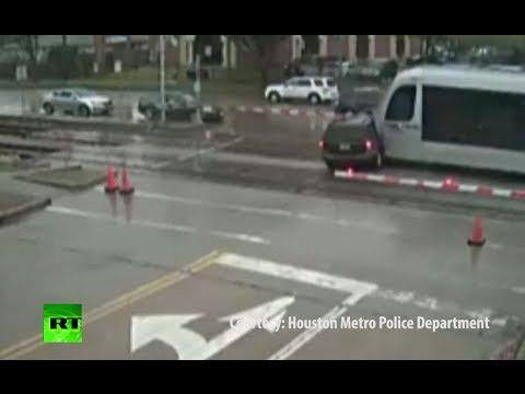 فيديو: هذا ما حصل لـ سائق حاول المرور امام القطار