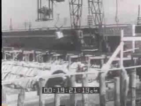 1932. I lavori del ponte che collegherà Venezia con la terraferma stanno per essere ultimati