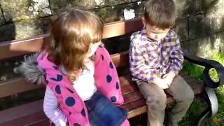 2歲弟吐口水遭4歲姊訓「3歲了要堅強」 網友直呼好可愛 -