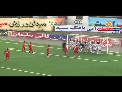لاعب احتياط خارج الملعب .. يندمج ويدخل الملعب لينقذ فريقه من هدف