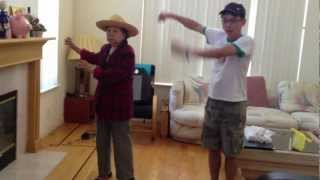 阿嬤布蘭妮跳 愛的初告白 80s Grandma Dances to Britney's Baby One More Time, Just Dance 3
