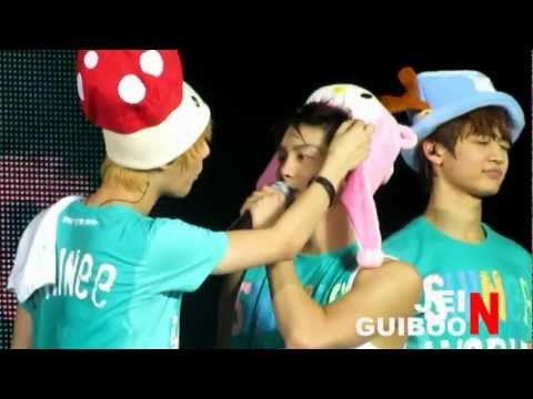 [Fancam] 110910 Jonghyun - Cute moment in SWC Singapore