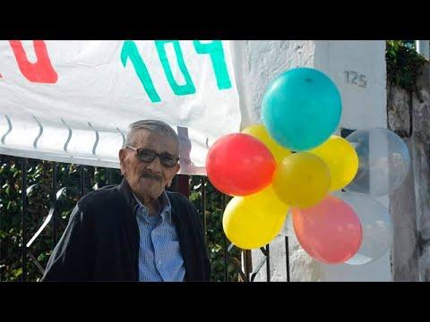 """Don Pedro Acosta cumplió 104 años: vecinos festejaron con """"pintada"""" en la calle"""