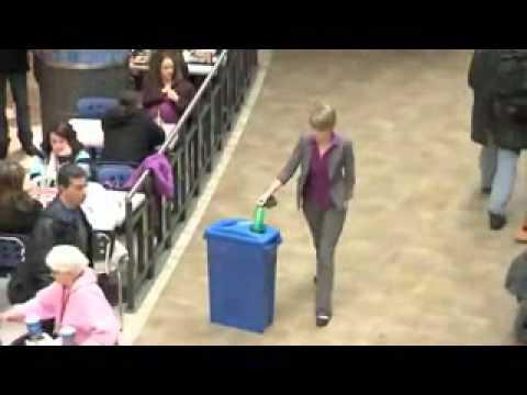 當她撿起小瓶子時,奇跡發生了!