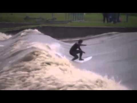 Na rozbouřené Berounce surfoval člověk