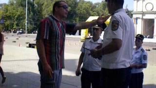 Moft sau măsură de securitate? Polițiștii interzic tinerilor așezatul pe bordura din PMAN