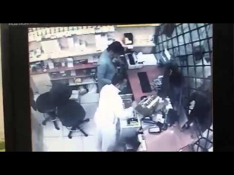فيديو: شاهد وافد ينشل صرافًا بمكة ويقنعه أنه على حق مرتين متتاليتين
