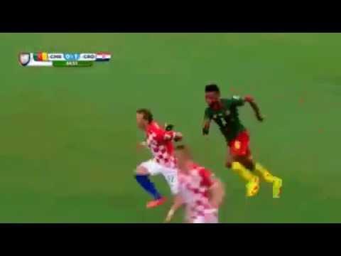 فيديو فكاهي للاعب الكاميروني سونج وهو يجري في الملعب وبيديه سكينه