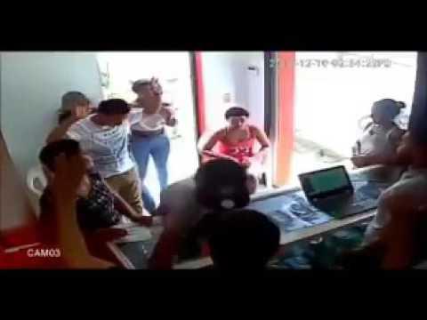 Una cámara de vídeo captó a dos presuntos delicuentes que asaltaron a los clientes  y a dos dependientes de una tienda de celulares en el municipio de Moca, provincia Espaillat.