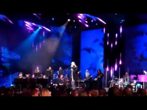 Pepe Aguilar le canta a Shakira en los Latin Grammys 2011