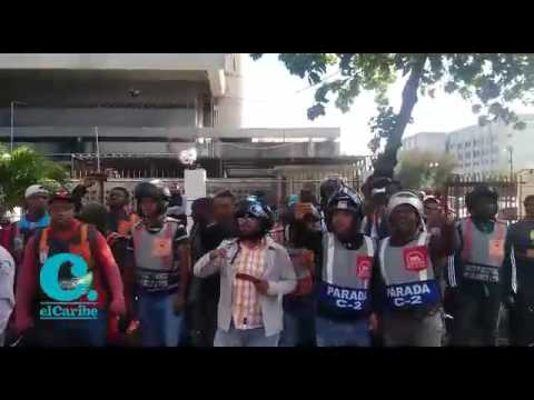 Diferentes sindicatos de motoconchistas protestaron este miércoles frente al Palacio de la Policía Nacional para exigir   que les sean devueltos los motores que, según dicen, les han quitado de forma arbitraria patrullas de la institución en el Distri