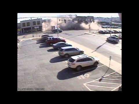 Vehículo choca edificio y lo  derrumba