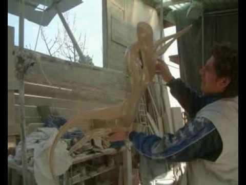 La scultura Hegemonia di Emanuele Rubini sospesa da un filo di acciaio di 2 millimetri