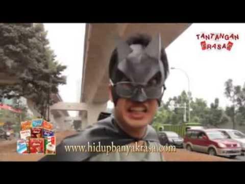 Membantu Mengatur Lalu Lintas Menggunakan Kostum Superhero (Tantangan Rasa)
