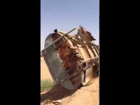 بالفيديو : شاهد كيف سقط صهريج على سيارة