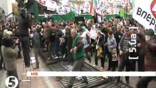 Протестующие опять сломали забор и прорвались к зданию Рады
