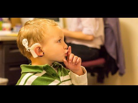 Zkušenost rodiče: znakový jazyk a jeho role při rozvoji komunikace dítěte s kochleárními implantáty