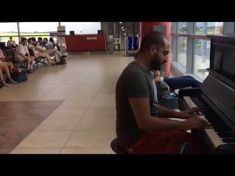 فيديو شاهد كيف جذب شاب لبناني أنظار جميع الموجودين في مطار براغ الدولي