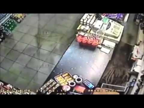 بالفيديو : كيف تصدى صاحب محل لـ لص مسلح حاول سرقته