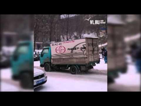 Авария из-за гололеда на улице Русской во Владивостоке