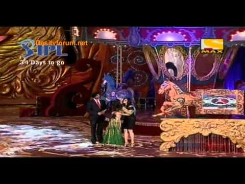 Sridevi giving Best Actress Award to Kareena Kapoor at Stardust Awards 2010
