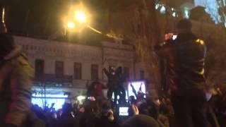 Памятник Ленину в Киеве свалили с помощью металлического троса