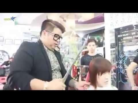 بالفيديو: حلاق يستخدم سيف لقص شعر زبائنه