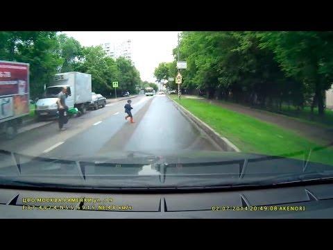 شاهد  طفل يركض من والده وينجو من حادثة دهس محققة