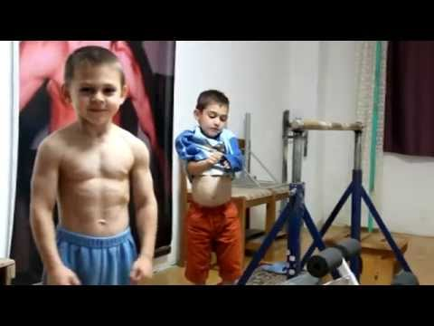 شاهد فيديو طفلان يتقنان التماريــن  الرياضيه بشكل مدهش ما شاء الله