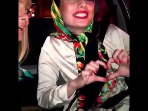 شاهد فيديو لفتيات ايرانيات يتعرضن لحادث السير اثناء غنائهما امام كاميرة الهاتف