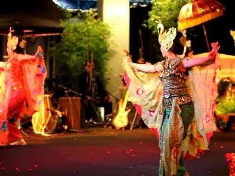 Tari merak (Indonesian dance)